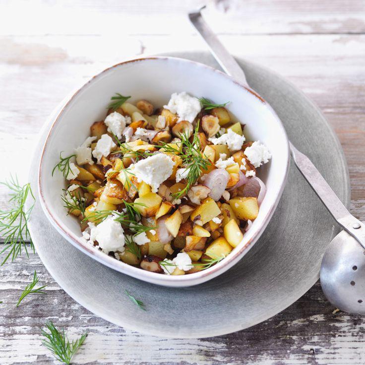 """Damit die Nusskartoffeln wie bei einem guten Griechen schmecken, sollte man nur """"echten"""" Feta verwenden. Er besteht ausschließlich aus Schafs- oder Zi..."""