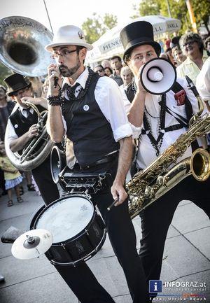 """Bilder: La Strada Graz 2014 am 2. August 2014. La Strada ist wieder in der Stadt und verwandelt den öffentlichen Raum in Bühnen und Tanzflächen, eine ganz besondere Stimmung weht durch die Stadt, die nur La Strada im Sommer erzeugen kann. Wenn unsere Bilder gefallen – ein """"like"""" bzw. """"gefällt mir"""" auf https://www.facebook.com/INFOGRAZ macht uns nahezu """"selig"""". ;)  #Bilder, #La #Strada #Graz #2014, #Stadt, #öffentlicher #Raum, #Bühnen, #Tanzflächen,  #besondere #Stimmung, #Sommer"""
