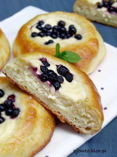 Drożdżówki z serem i jagodami