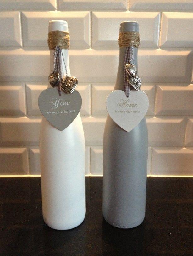 Vaasjes gemaakt van oude wijnflessen , in ieder gewenste kleur te spuiten
