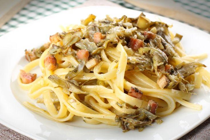 La carbonara di carciofi è un primo piatto che si rifà alla classica carbonara romana ma che prevede l'aggiunta dei carciofi Ecco la ricetta