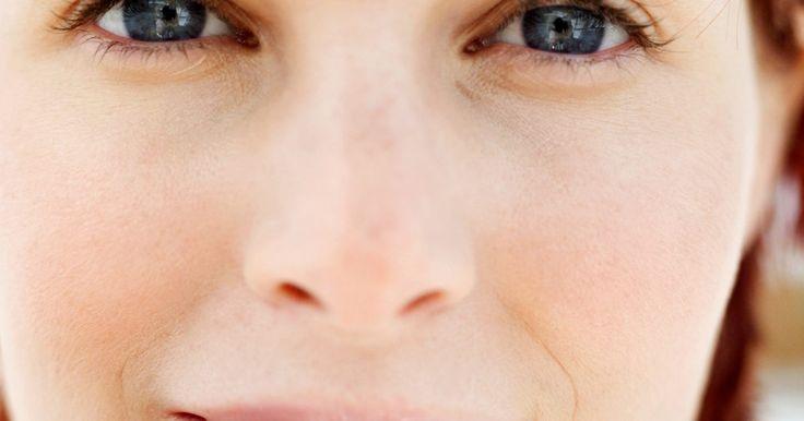 Causas de lábios ressecados e rachados. Lábios rachados são mais do que apenas um obstáculo. Eles podem ser dolorosos, pouco atraentes e sinal de um problema mais sério. Enquanto a maioria das pessoas experimenta lábios ressecados quando o tempo fica frio e ventoso, o que provoca desidratação originando rachaduras e descamação, lábios com rachaduras crônicas (chamadas queilites) podem ...