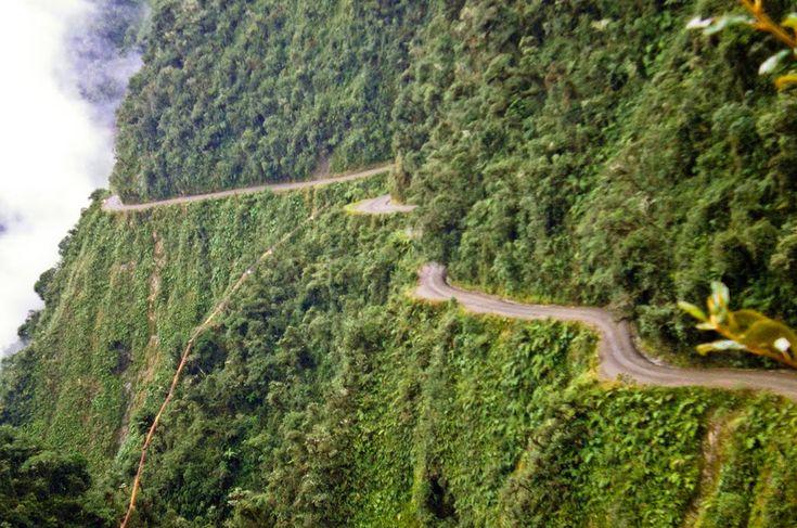 """14 . Yungas Road – La Paz, Bolívia  A Estrada Yungas, na Bolívia, também conhecida como """"Estrada da Morte"""" ou """"Road of Fate"""", é uma das rotas mais perigosas do mundo. A estrada de 38 milhas atinge altitudes de até 15 mil pés, com alguns trechos tão estreitos que chegam a apenas 10 pés de largura. Para adicionar ainda mais adrenalina, não há uma única barra de proteção ao longo de toda a estrada."""