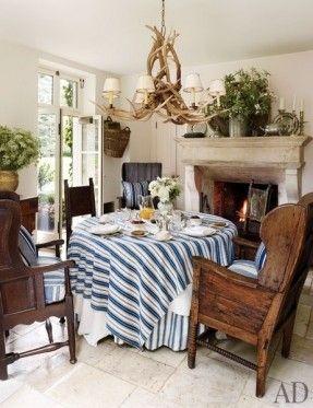 Ein Essen im Freien Veranda bei Double RL Ranch ist with the 19. Jahrhundert mexikanischen sabino Holzmöbeln eingerichtet, einschließlich Einer Tabelle von Einem geretteten Tür und Ochsen Jochen gemacht.