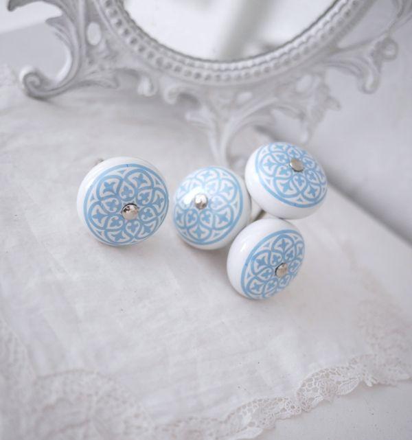 Vit rund porslins knopp med turkos / blått orientaliskt mönster . Med silver färgad metall stomme. I grepp vänlig modell.