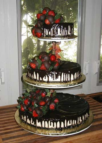 Cheesecake wedding cake with chocolate sauce and strawberries on the top.  Love, love this idea!!   ᘡղbᘡ