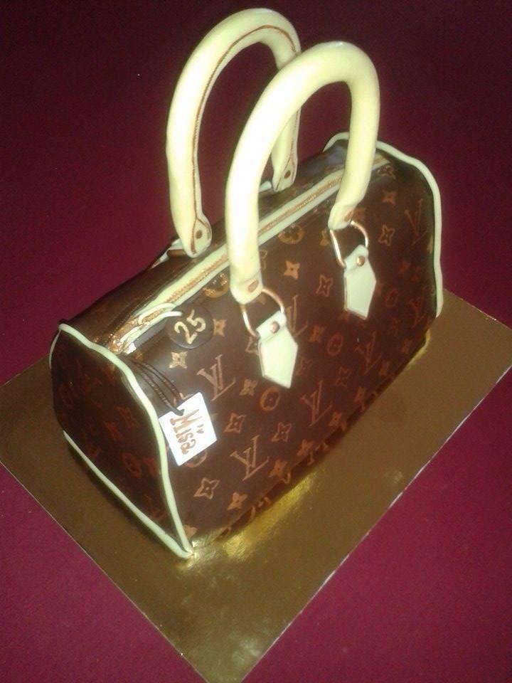 Paříž dort, potaženo čokomodelínou, v reálné velikosti kabelky :-), jen vše jedlé....