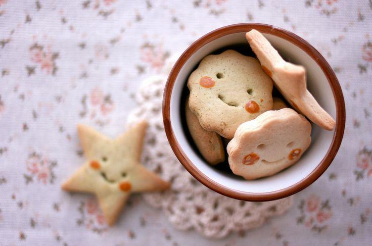 ホームセンターなどで取り扱っている、型抜きクッキーを作る時に使うクッキー型。最近では100円ショップでも色々な種類の物が販売されるようになり、選択肢が増えましたよね。しかし、パーティーやプレゼント用のクッキーにはこだわりたいものですから、好みにバッチリ合う型が見つからないこともあります。そんな時には、自分で作ってしまいましょう♪ 今回はクッキー型を自作する方法をご紹介していきます! この記事の目次 製菓の基本、手づくりクッキー! クッキー型も手作りしたい♪ 作り方の手順は意外と単純! 下絵があると作りやすい! 一枚のアルミ板からいっぱい作れる♪ 色んな形が自由に作れちゃう♪ アイシングでこだわり度アップ! 話題のステンドグラスクッキーにも♪ ゼリーも型抜きすればキュートに! もちろんお野菜のカットにも使える なんと手芸にも使えちゃう! 自作クッキー型で楽しいハンドメイドライフを! 製菓の基本、手づくりクッキー! image by PIXTA / 17822730 ハンドメイドのお菓子といえば、やっぱり型抜きクッキーですよね!基本的なお菓子作りですが色々と応用もききますし...