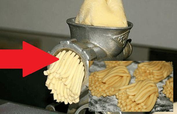 postup: V misce smícháme cukr, vejce, majonézu a změklé máslo. Potom přidáme sypké přísady -mouku, prášek do pečiva a škrob. Vypracujeme měkké, pružné těsto, které se nelepí na ruce. Nyní přichází ta zábavná část. Těsto rozdělíme na menší kousky – paličky, které prostě umeleme v mlýnku na maso. Těsto doslova nastříháme na menší části a …