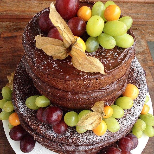 Meu domingo comecou com este bolo p um aniversariante fofo d 3 anos num cafe da manhã...com as cores do Barney  #nakedcake #nakedcakecomfrutas #chocolate #bolochocolate #boloaniversario #uvas #physallis #barney