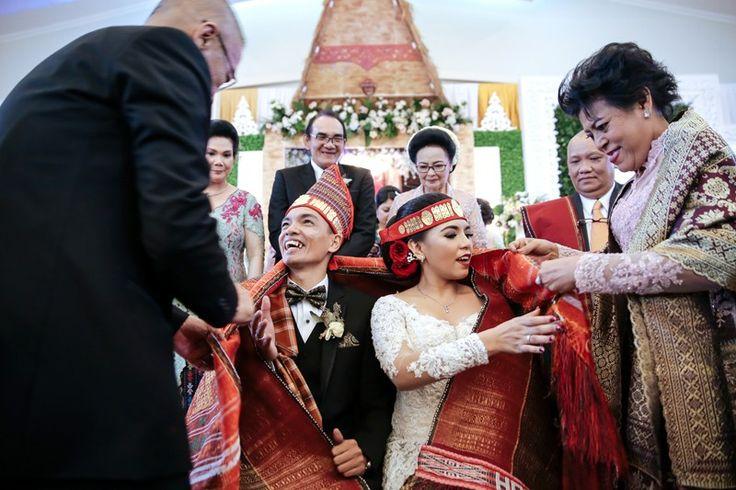 Diza dan Paulus menggelar pernikahan adat Batak di Gedung Mulia Raja. Ingin tahu seperti apa? Yuk simak cerita selengkapnya berikut ini!