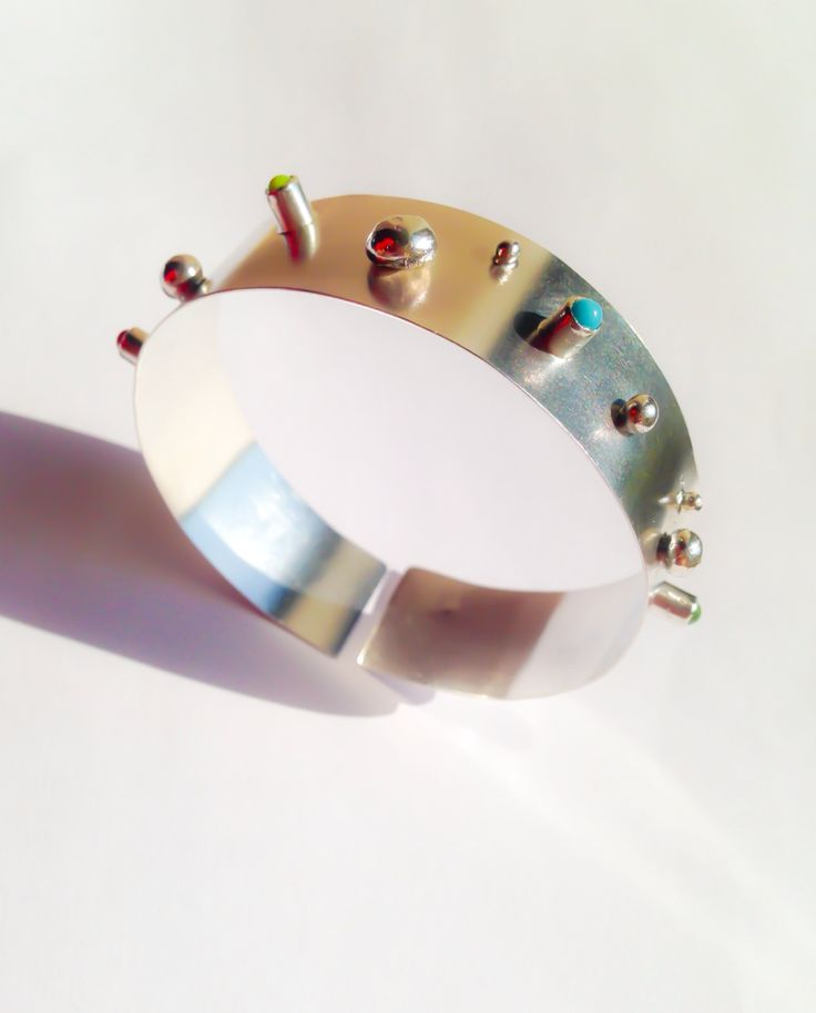 Flexible silver bracelet with glass cabochons