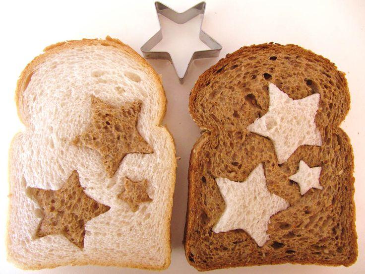 Busca en el cajón de tu cocina un cortapastas en forma de estrella y saca estrellas de una rebanada de pan blanco y otra de pan integral e intercámbialas. Verás que resultado tan divertido. Puedes además tostarlas en la tostadora.…