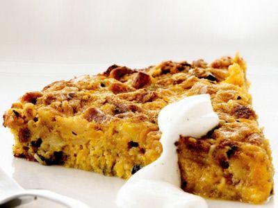 Тыквенный пирог Для крема:  сахарная пудра – 1 ч. л. творог – 200 г Для начинки:  мускатный орех – 1 ч. л. творог – 150 г корица – 1 ч. л. сахар – 100 г ванильный сахар – 1 ч. л. яйца – 3 шт. тыква – 250 г мед – 50 г соль натертый свежий имбирь – 1 ч. л. Для теста:  мед – 1 ст. л. бисквитное печенье – 10 шт. тыквенные семечки – 50 г тыквенное масло – 1 ст. л.
