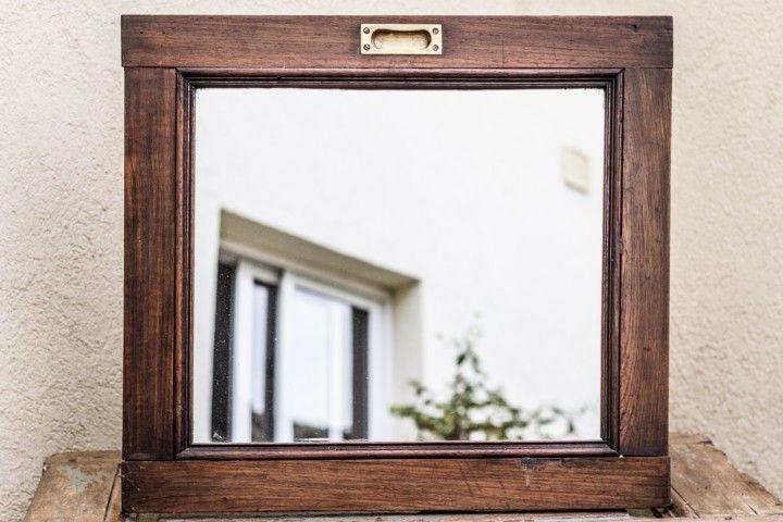 Puerta de vitrina corrediza con manija de bronce recuperada. 64 x 58 cm