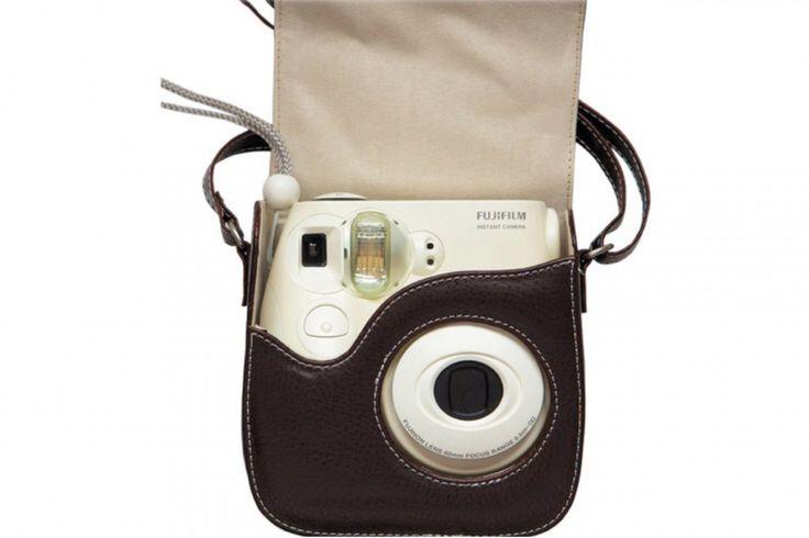 Adoro a moda das câmeras tipo Polaroid e fiquei muito contente com os resultados daInstax Mini 7s. Só queàs vezes deixo de levá-la comigo por não ter como carregar. Há um tempo estou namorando umas bolsinhas para a câmera, e esse modelo parece ser perfeito. Está à venda por US$ 39,99 (cerca de R$ 125) na BH, que entrega no Brasil. Como o frete é caro, o melhor é esperar algum conhecido que esteja indo a Nova York (ou fazer esse sacrifício, né?).