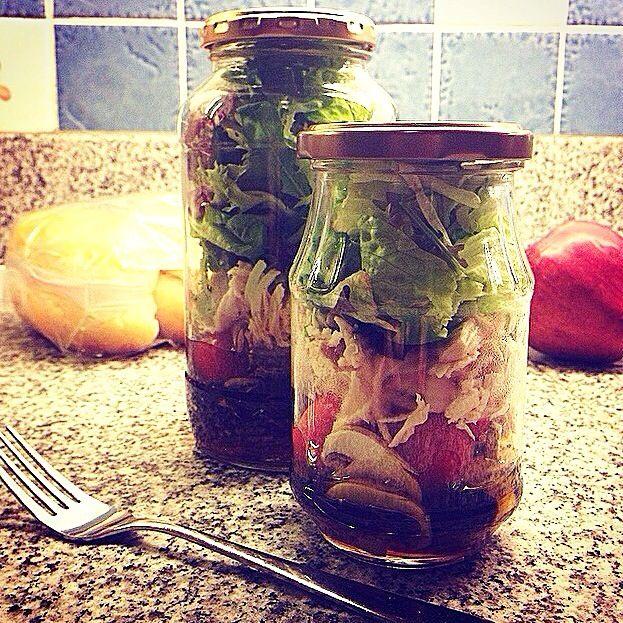 まとめて作っても日持ちがするらしいので、瓶詰めのサラダにしてみました 食べる時に混ぜ混ぜしてお皿に盛ります バルサミコとオリーブオイル、ハチミツベースのドレッシング 紫玉ねぎ、マッシュルーム、茹でた鶏胸肉、たっぷりの葉物野菜。 - 119件のもぐもぐ - Chicken salad in a jar.  瓶詰めチキンサラダ by Yuka Nakata