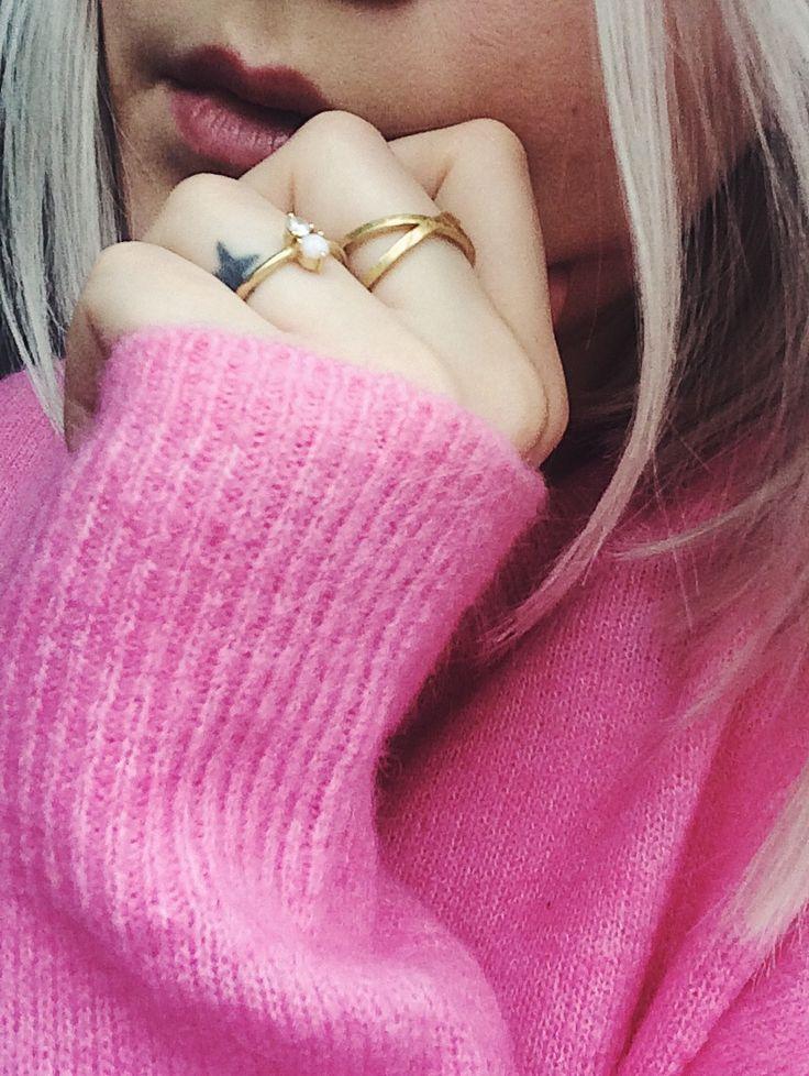 Lush. #hvisk #hviskstyling #hviskstylist #pink #gold #jewelry #pinkknit #jewellery #rings
