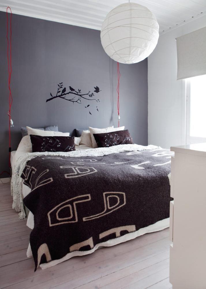 Soverom i grå nyanser med ullteppe fra Røros Tweed oppå farmors ...