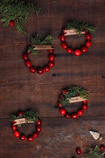 [Christmas] #DIY Mini Cranberry Wreath Place Cards via @sayyesblog