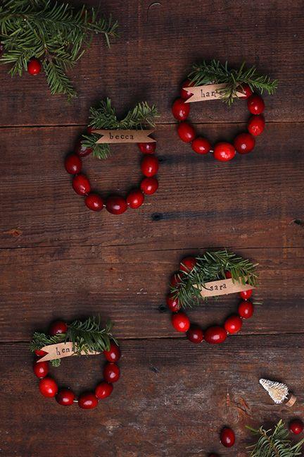 [Christmas] #DIY Mini Cranberry Wreath Place Cards via @sayyesblog