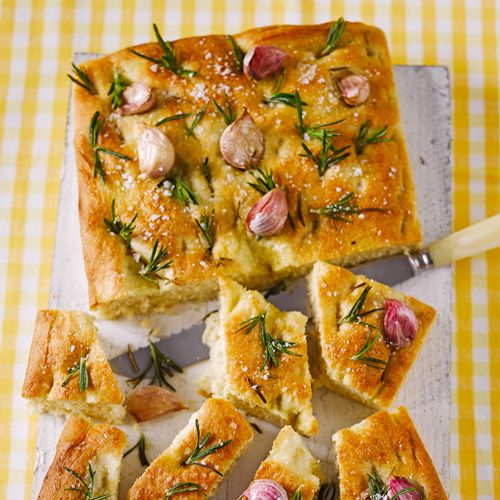 Een heerlijk brood met waanzinnige Italiaanse smaken zoals knoflook en rozemarijn. Serveer met Italiaanse ham, een tomatensalade of beleg met pesto en gegrilde groente zoals courgette & aubergine.     1 Meng beide meelsoorten en ½ eetlepel...