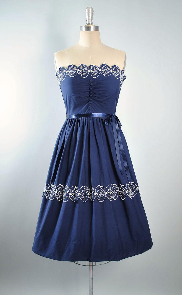 ♦ Vintage jaren 1950 Belted Sundress. ♦ in een donkere marineblauwe katoenweefsel gebouwd. ♦ Mooie Cutwork wit bijgesneden, mantel bloemen