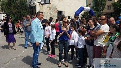 """Direcţia Judeţeană pentru Sport şi Tineret Dolj, cu susţinerea Ministerului Tineretului şi Sportului, organizează sâmbătă, 23 septembrie 2017, a patra ediţie a acţiunii """"SportFEST Craiova"""". Activităţile se vor desfăşura în Piaţa Mihai Viteazul, Piaţa William Shakespeare şi hipodromul din Parcul """"Nicoale Romanescu"""". Manifestarea se doreşte o sărbătoare a sportului, incluzând demonstraţii, întreceri şi animaţie în ..."""