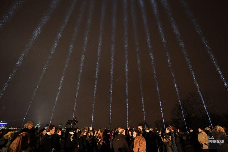 Le ciel de Montréal s'est éclairé de 14 faisceaux lumineux projetés du mont Royal vers le ciel, mercredi soir, 28 ans après la tuerie de l'École Polytechnique.