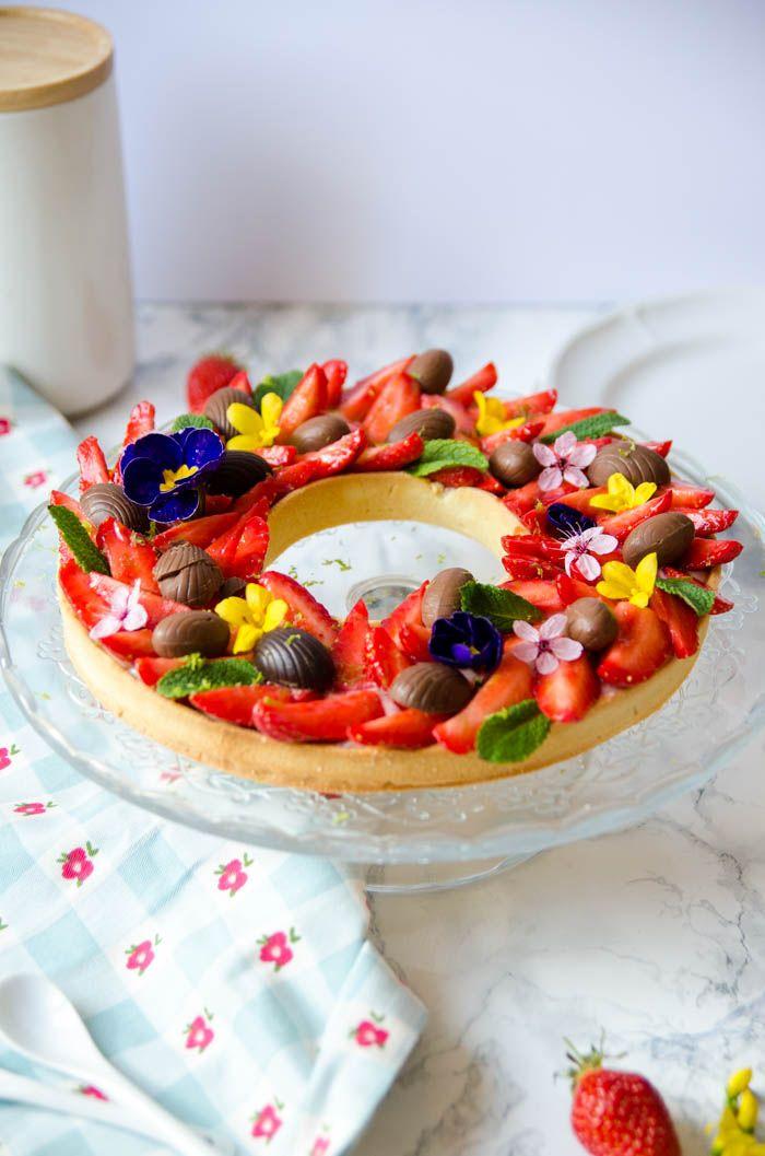 Tarte aux fraises de Pâques comme une couronne de fleurs