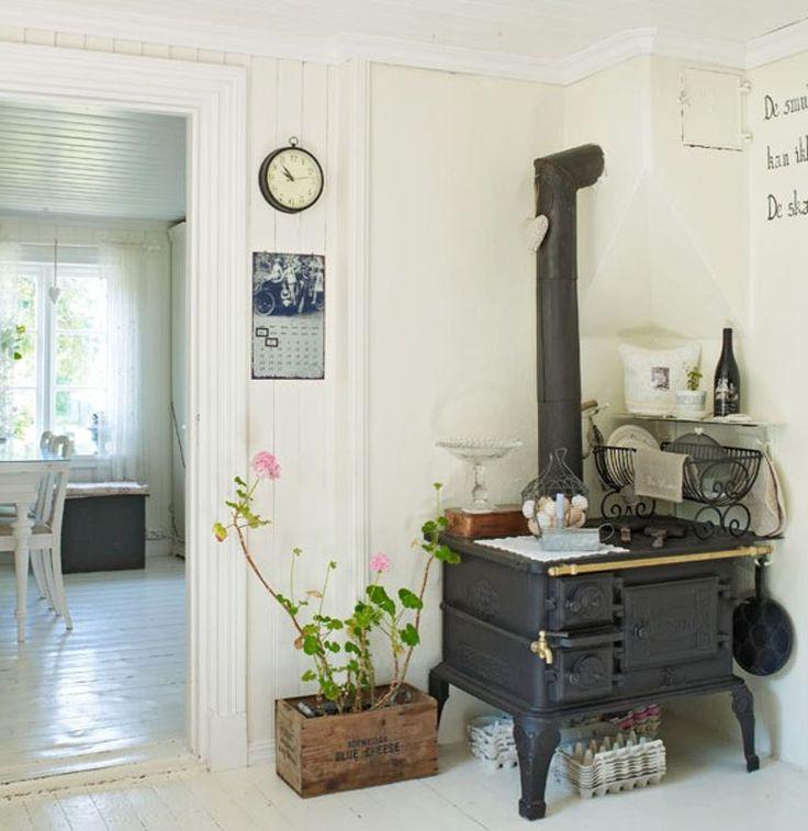 KRISTINE HAR NORGES VAKRESTE HJEM: Klenodium. Den gamle ovnen har fortsatt hedersplass på kjøkkenet. Familien har vært opptatt av å beholde husets sjel og originalitet, så alt som måtte fornyes av listverk, vinduer og panel, er blitt kopiert | BoligPluss - Klikk.no