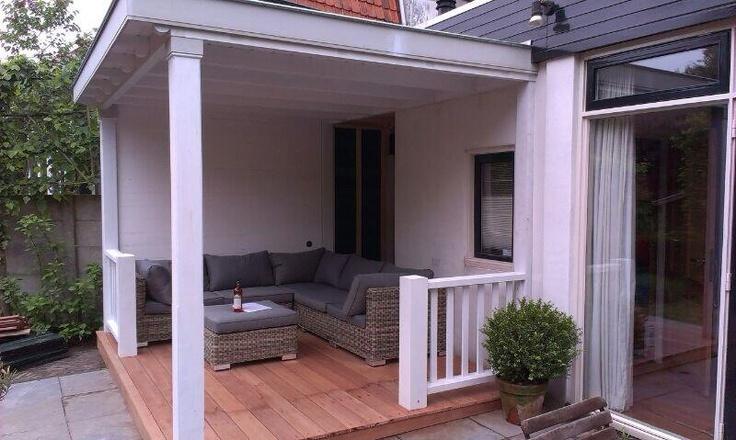 Ultieme loungeplek, Verandaservice.nl  Houten veranda jaren '30 met houtenterras en balustrades.