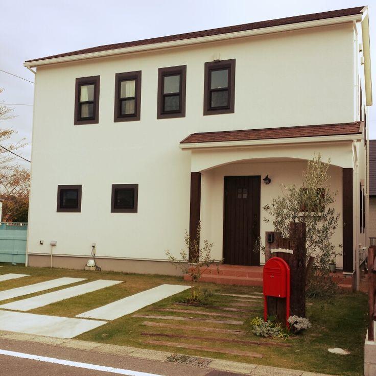 chocomintさんの、白いお家,芝生,枕木,外観,外観はシンプル,ボビポスト,玄関/入り口,のお部屋写真