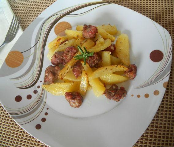 Buongiorno a tutti, oggi finalmente è sabato e vi propongo la ricetta di un piatto di carne, dopo tante ricette vegetariane! Le salsicce con le pata