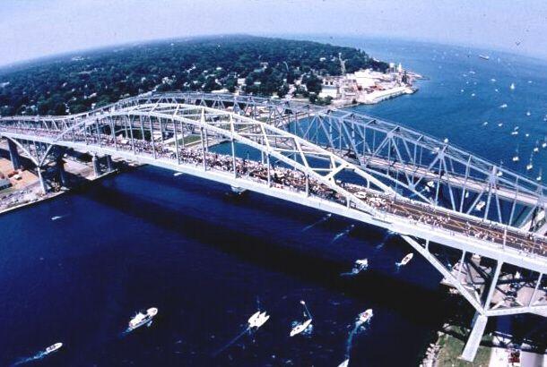 Ponte Água Azul, sobre o Rio Santa Clair em Pont Huron, estado de Michigan, USA. Recebeu o Prêmio por Excelência em Design de Estrada da Bienal 1998 do Departamento de Transportes dos USA, Administração Federal de Rodovias.  Fotografia: Bkonrad.