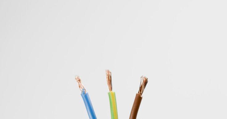 Materiales usados para hacer un cable eléctrico. La energía eléctrica se suministra a las casas y tomas de corriente de la misma a través del cableado eléctrico. Estos cables eléctricos están hechos de metal y aislantes, y el tipo de cable impacta en la calidad del sistema.