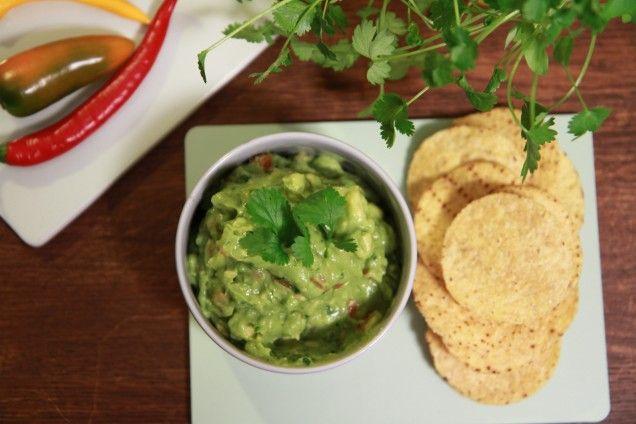 Ett underbart gott recept på en klassisk guacamole med vitlök, lime och koriander av Tommy Myllymäki. En avokadoröra som är extra god till nachos och texmex!