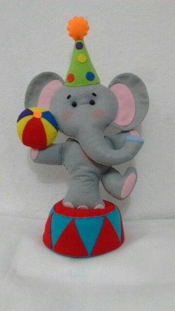 Elefante de circo em feltro.