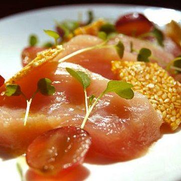 """Un pizzico di manualità per una ricetta ricca di fascino e profumo: il tonno più buono viene accompagnato da """"sfoglie"""" di sesamo fatte in casa al profumo di miele d'arancio. Un contrasto dolce-salino che vi piacerà, perfetto con le note acidule dell'uva red globe. Scoprite la ricetta su www.frescopesce.it/tonno-con-soia-limone-uva-red-globe-e-croccante-di-sesamo"""
