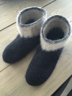 Her er et eksemplar av mine tova tøfler.   Disse var artig å strikke, så det blir garantert flere par :)     Noe mer behagelig å ha på kald...