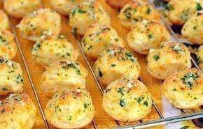 Francouzské chuťovky   4 ksvejce 200 gtvrdý sýr 1 lžícehladká mouka olej sůl, pepř petrželka Bílky vyšleháme do tuhé pěny, přidáme nastrouhaný sýr a promícháme. Žloutky vyšleháme vidličkou v druhé misce, přidáme mouku, sůl, pepř a nakonec i nasekanou petrželkou. Přimícháme vyšlehané bílky se sýrem a z hmoty vytvarujeme malé kuličky, které smažíme na rozpáleném oleji z každé strany. Dobrou chuť!