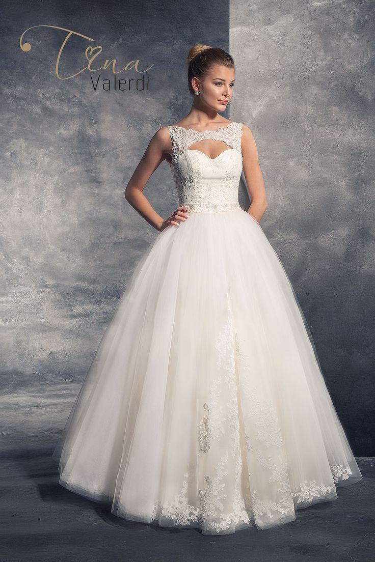 Krásne svadobné šaty so širokou sukňou zdobenou čipkou a čipkovaným živôtikom