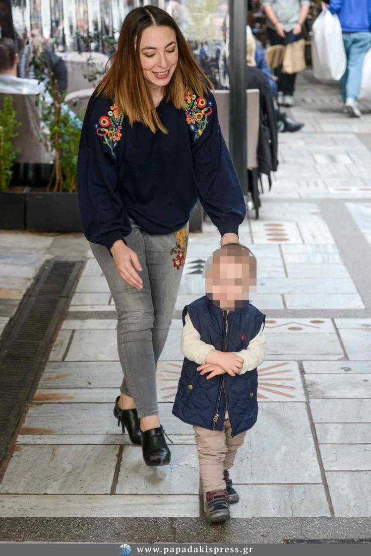 Toν Κώστα Βουτσά και την Αλίκη Κατσαβού με το γιο τουςσυνάντησε ο φωτογραφικός μας φακός στο κέντρο της Αθήνας.