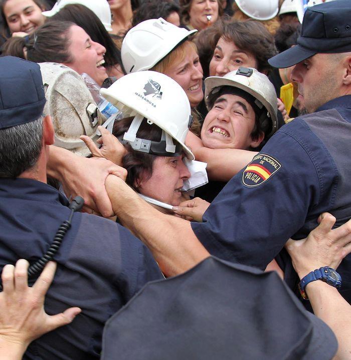 Esposas de mineros asturianos y leoneses desalojadas por la policia en Madrid