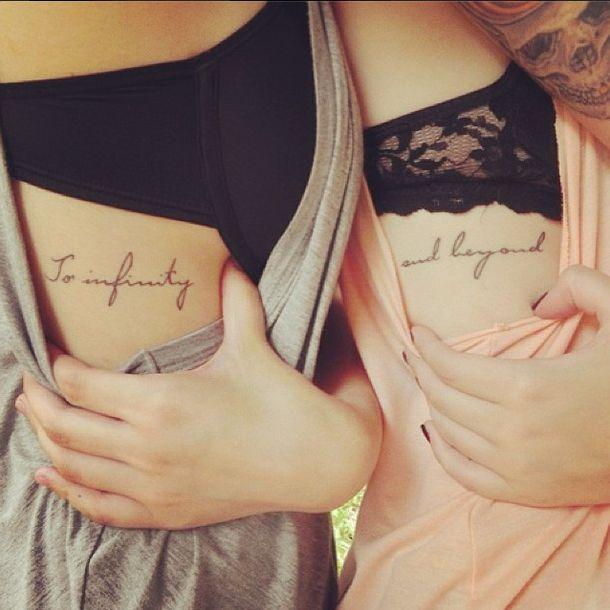 """Pequeños tatuajes coincidentes en las costillas que dicen """"To infinity"""" y """"and beyond"""", que significan """"Al infinito"""" y """"y más allá"""" en inglés."""