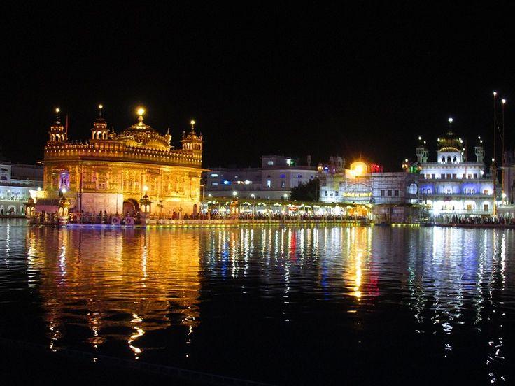 templo dourado a noite