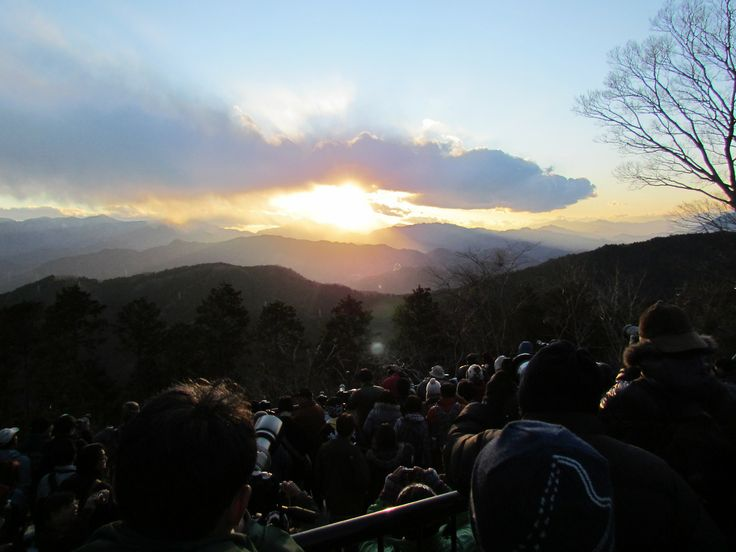 http://dunnowhatiwannado.tumblr.com/  Diamond Fuji- Sun setting into the crater of Mount Fuji- during the Winter Solstice from Mount Takao, Tokyo 2011