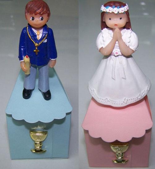 Regalos para Primera Comunión. Figurita niño o niña Primera Comunión, en resina. Se presenta en caja, porción pastel, con 3 bombones y cáliz dorado. Medida figura: 7 cm