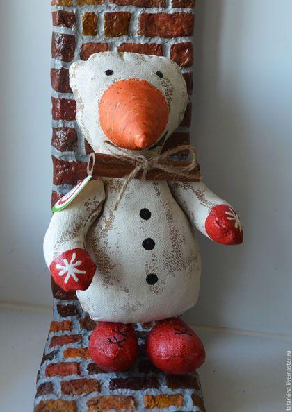 Купить или заказать Снеговик с большой морковкой в интернет-магазине на Ярмарке Мастеров. Чердачный ароматный снеговик пахнет ванилью, кофе и корицей. Грунтованный снеговик украсит вам новый год. Смешной и забавный обитатель дома обрадует вас в холода. С ним можно даже детям играть, он им очень понравится!