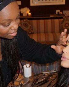 Svetski poznata starleta, Kim Kardašijan, rešila je da otkrije nekoliko trikova koje koristi kada se šminka, a ono što su je mnogim njenim fanovima zapalo za oko jeste način kako da usne izgledaju punije.